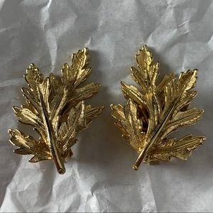 Jewelry - Vintage Gold Tone Leaf Clip On Earrings